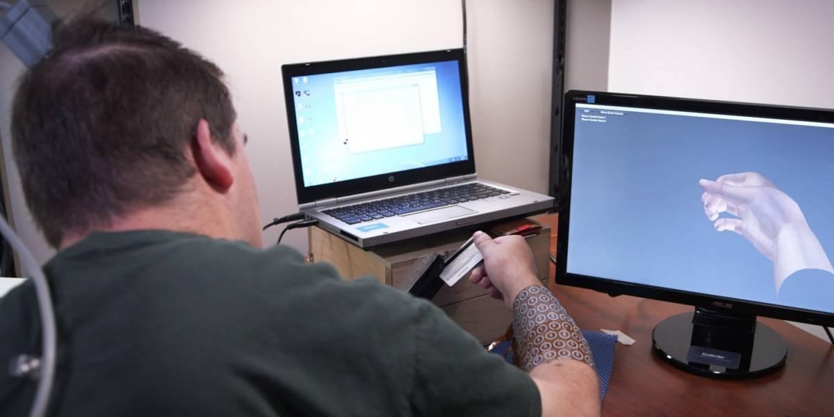 Hombre paralítico recupera control de su mano gracias a chip implantado