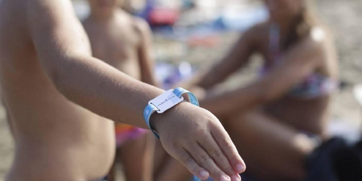 Municipio español entrega pulseras con chip para que niños no se pierdan en la playa