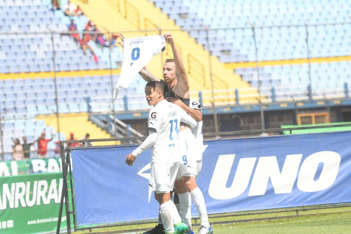 López festejó a lo Messi y Ronaldo.