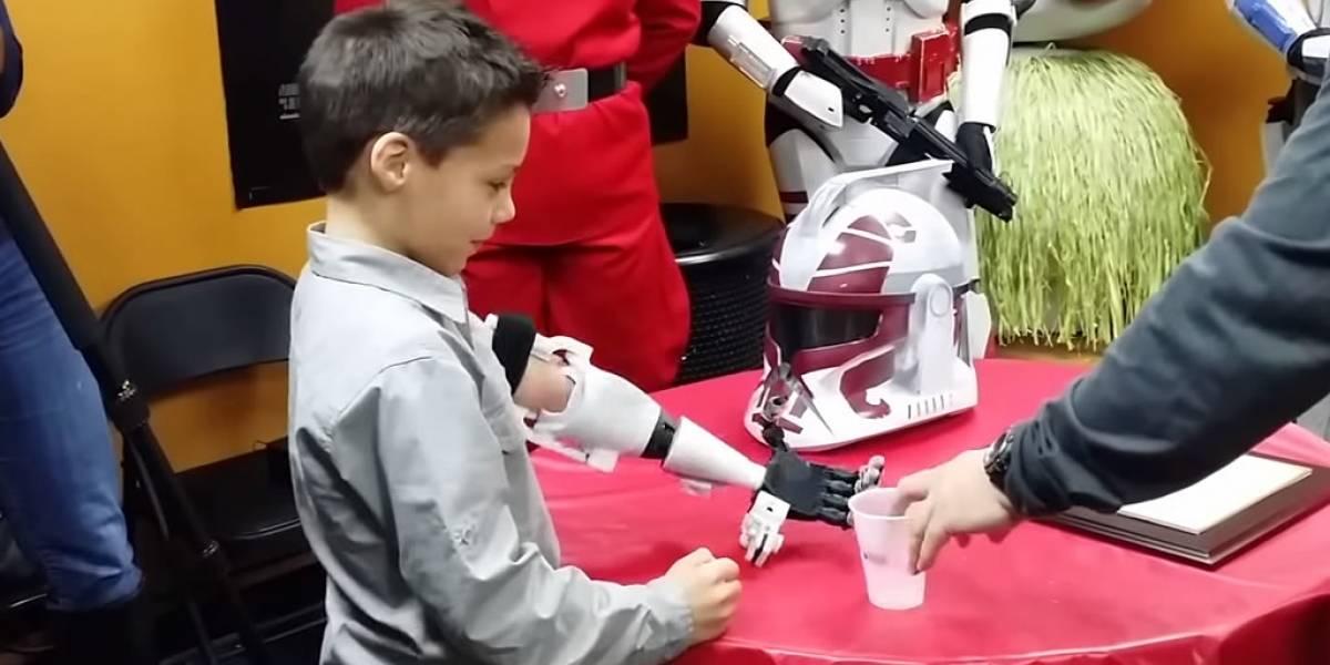 Niño fanático de Star Wars recibe brazo prostético impreso en 3D