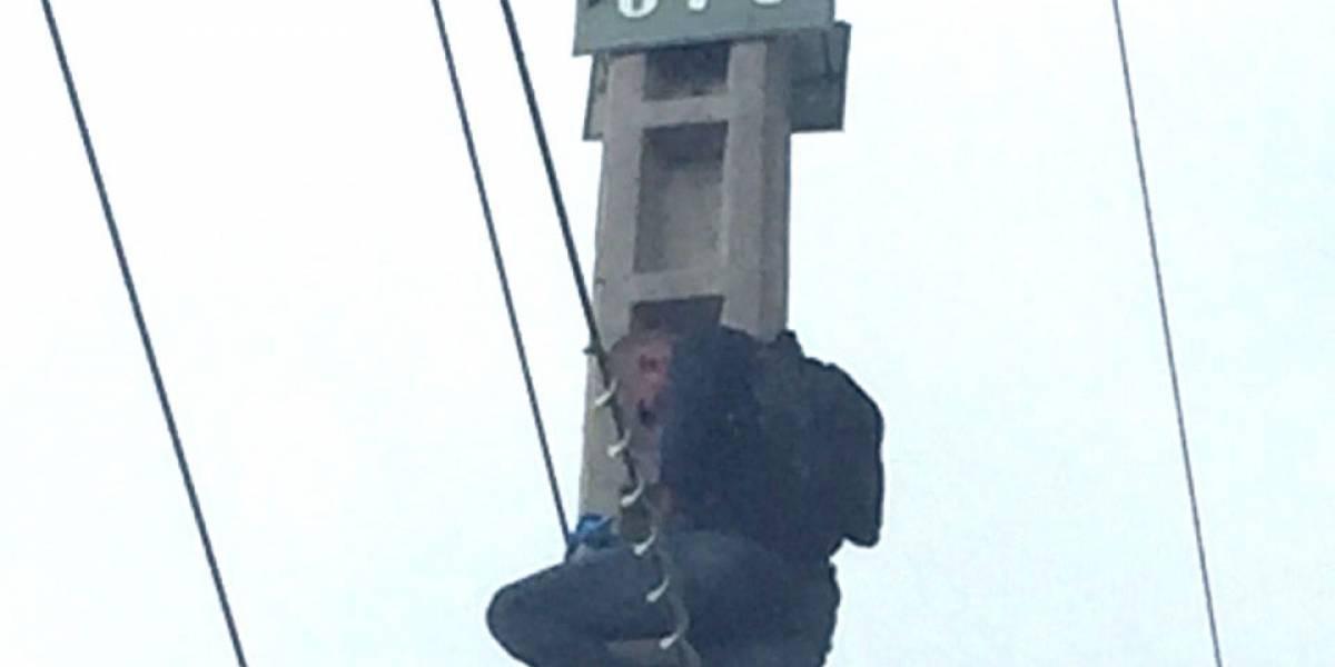 Hombre protesta desde un poste de la Av. Francisco de Orellana y arriesga su vida