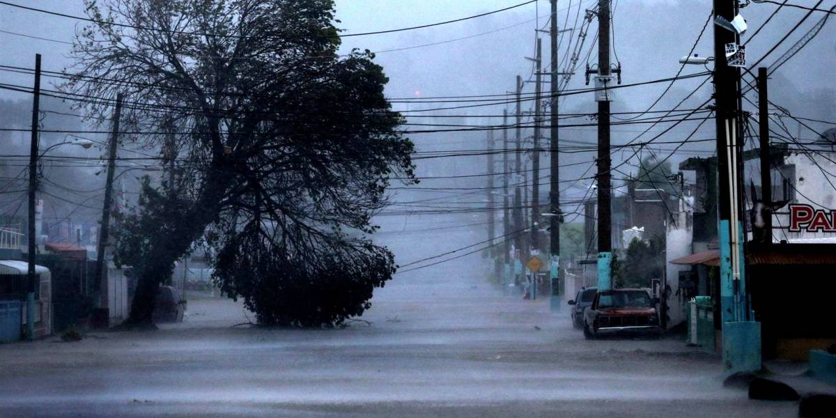Después de los huracanes, las telecomunicaciones en Puerto Rico siguen a oscuras