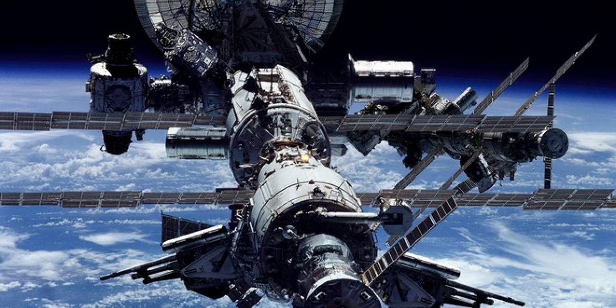 Astronautas comienzan caminata espacial de emergencia para reparar fuga de amoníaco
