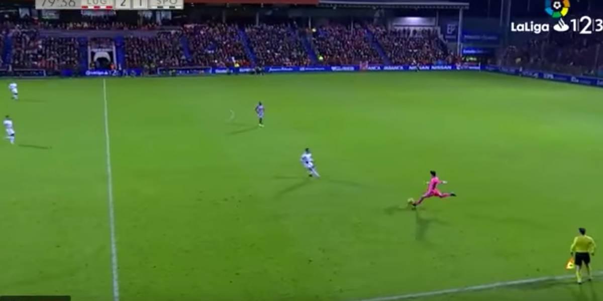 Se gol de goleiro já é raro, imagine de antes do meio de campo?
