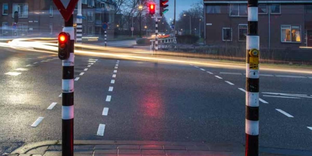 Instalan líneas de luz en las calles de Holanda para evitar accidentes relacionados con teléfonos móviles