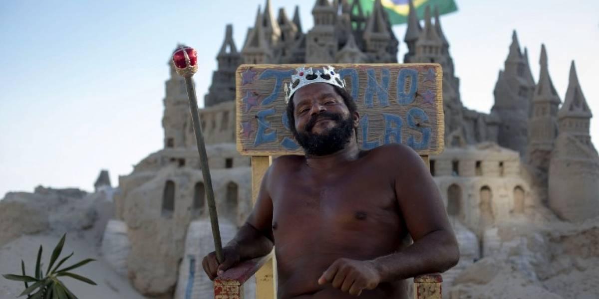 """Carioca conocido como """"Rey Marcio"""" vive en un castillo de arena desde hace 22 años"""