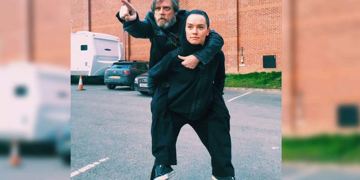 Mark Hamill monta a Daisy Ridley como si fuera Yoda y se vuelve viral