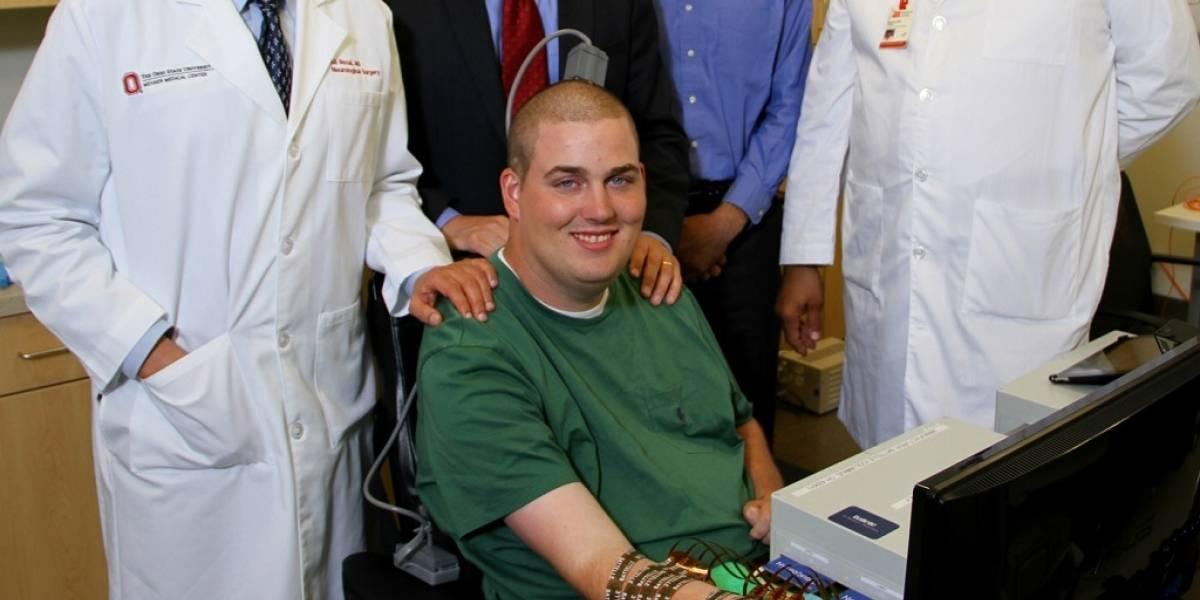 Cuadripléjico restaura movimiento de su mano gracias a bypass electrónico
