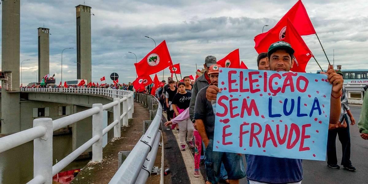 Manifestantes fazem caminhada a favor de Lula em Porto Alegre