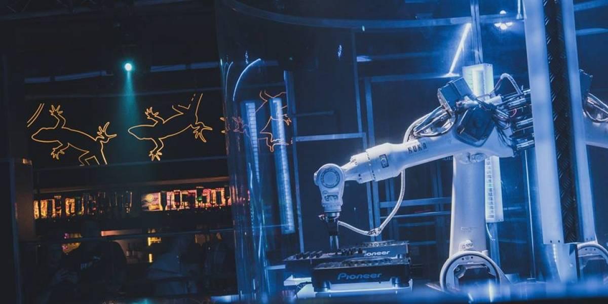Club Checo utiliza robot DJ para mezclar música en vivo