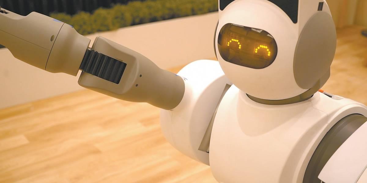 Robô doméstico lava roupas, guarda objetos e até busca cerveja na geladeira