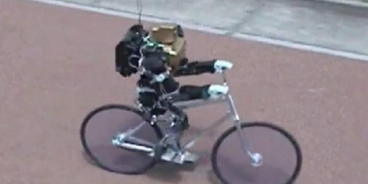 Un robot paseando en bicicleta