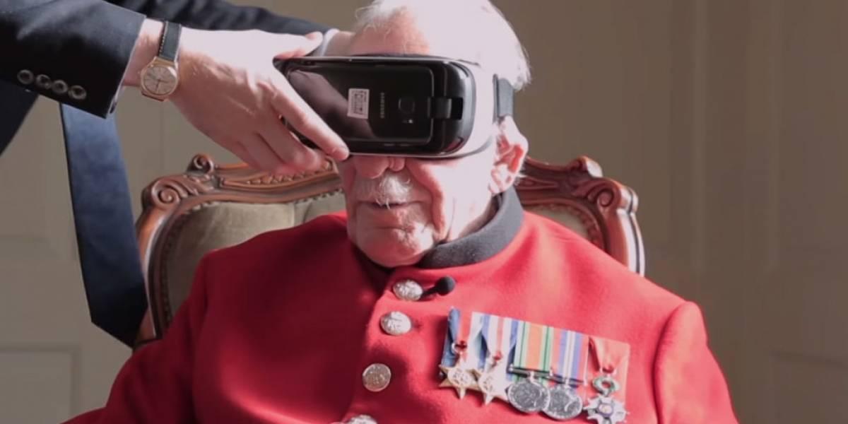 Veterano de guerra usa dispositivo de Realidad Virtual para recibir medalla