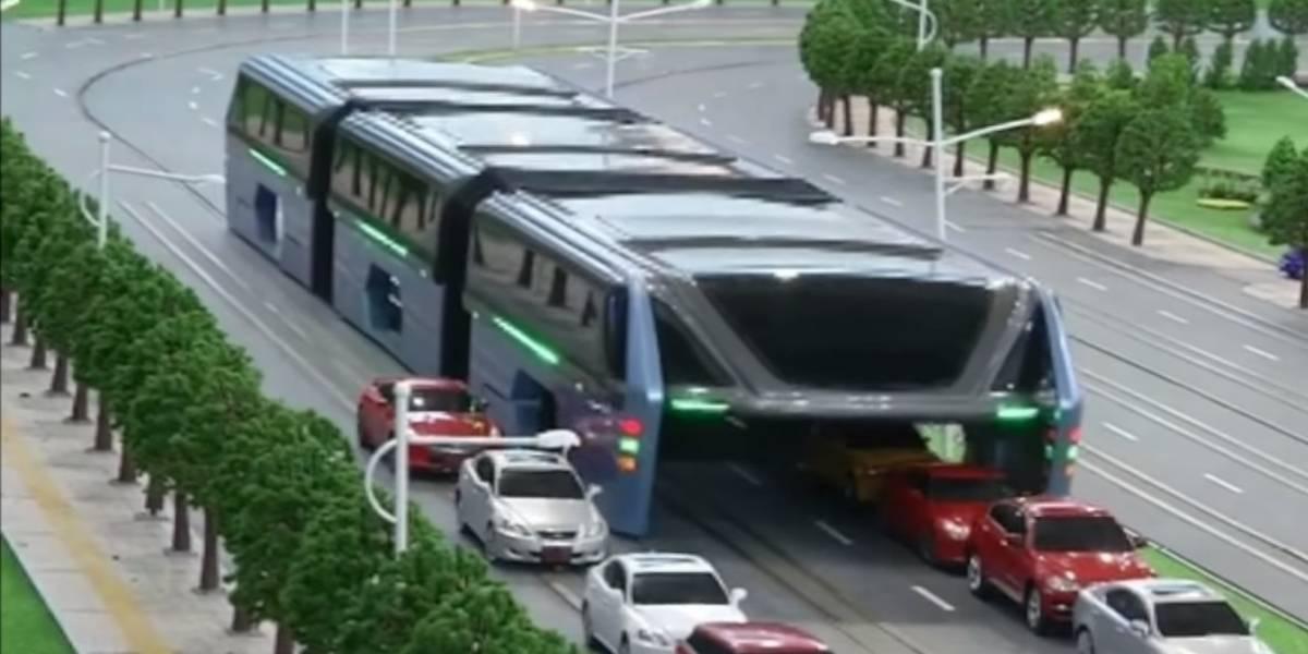 El autobus chino que permitía pasar autos por debajo fue un fraude