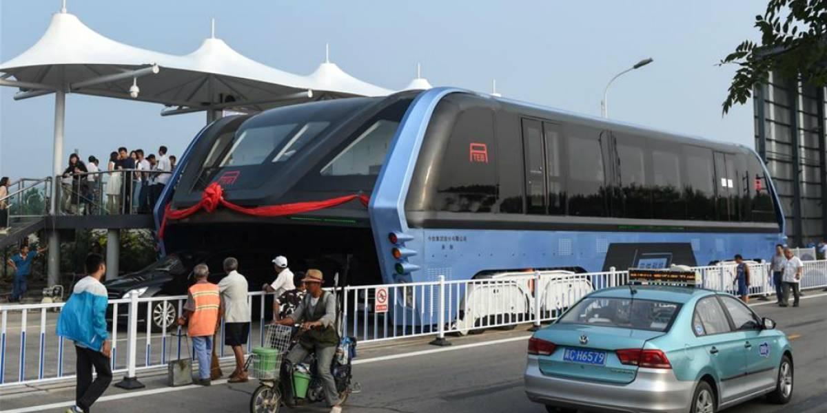 Conoce el autobus chino que permitirá pasar automóviles por debajo