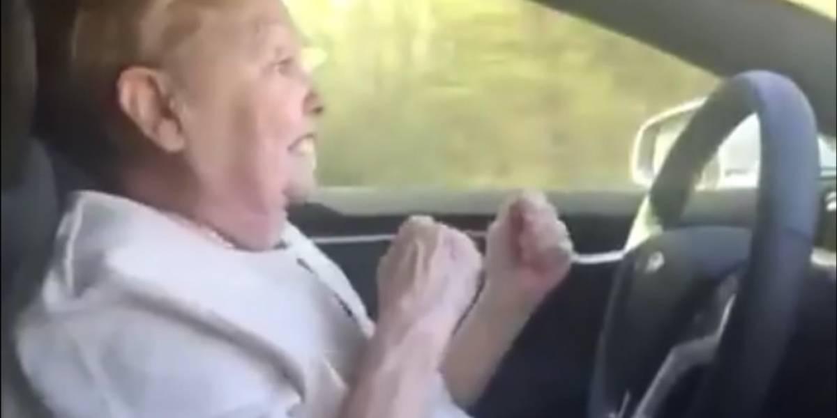 Así reaccionó una abuelita con el piloto automático del Tesla Model S