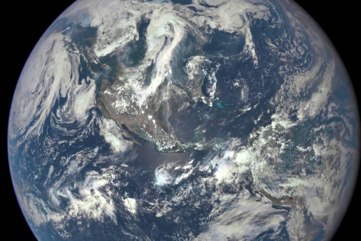 Esta es la primera foto de toda la cara iluminada de la Tierra