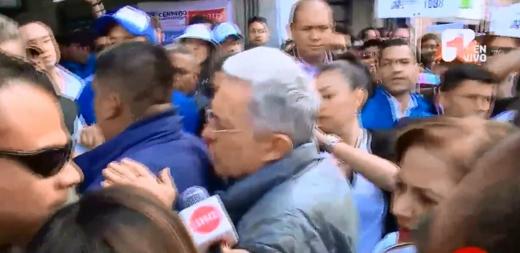 Video: Así evadió Uribe a periodista que le preguntó por violación de Claudia Morales