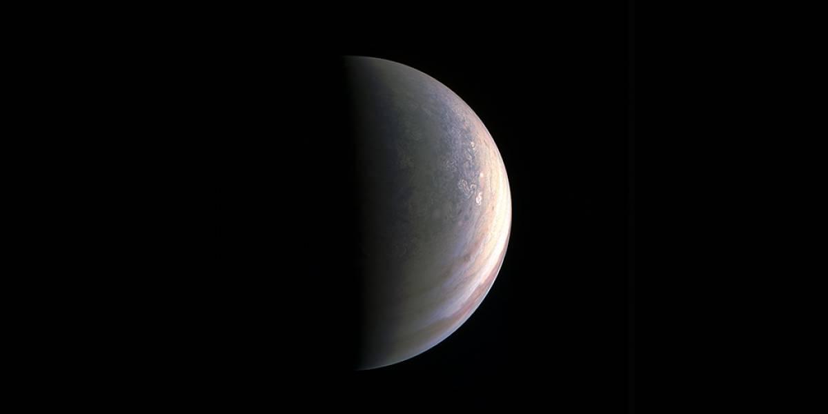 """Nuevas imágenes de Júpiter revelan algo que """"nunca se había imaginado"""""""