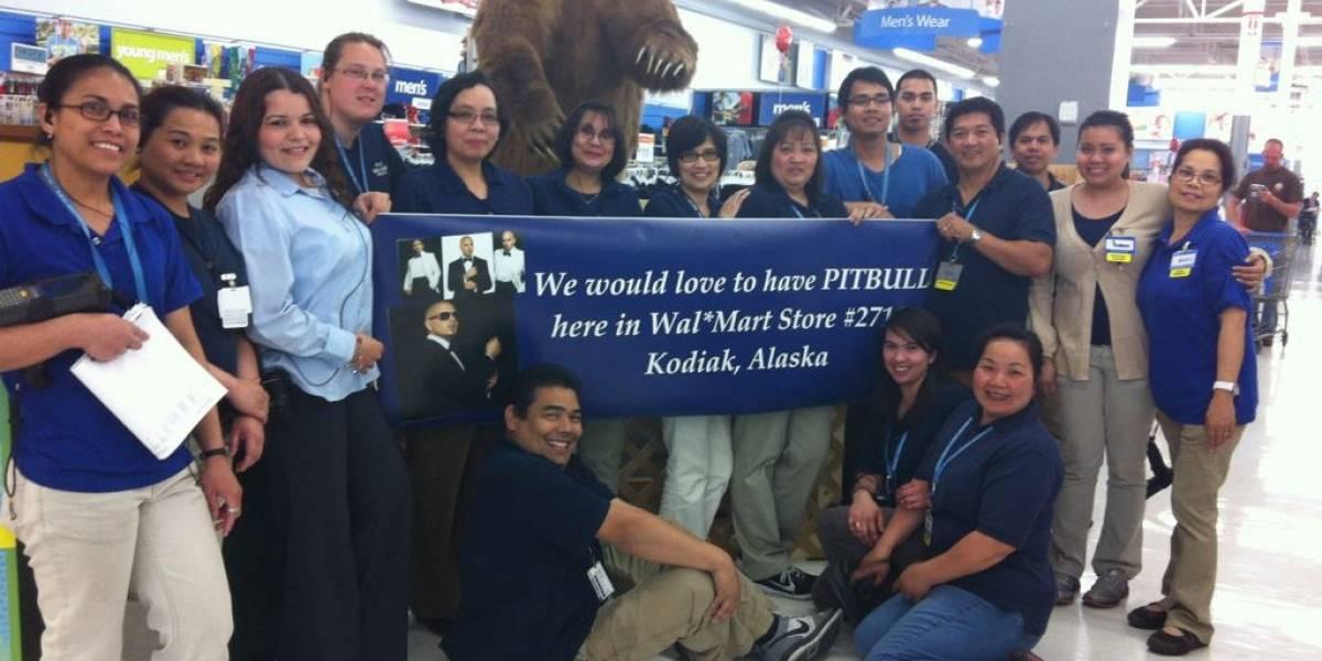 Usuarios de Facebook secuestran una campaña de Walmart y piden exiliar al cantante Pitbull a una isla