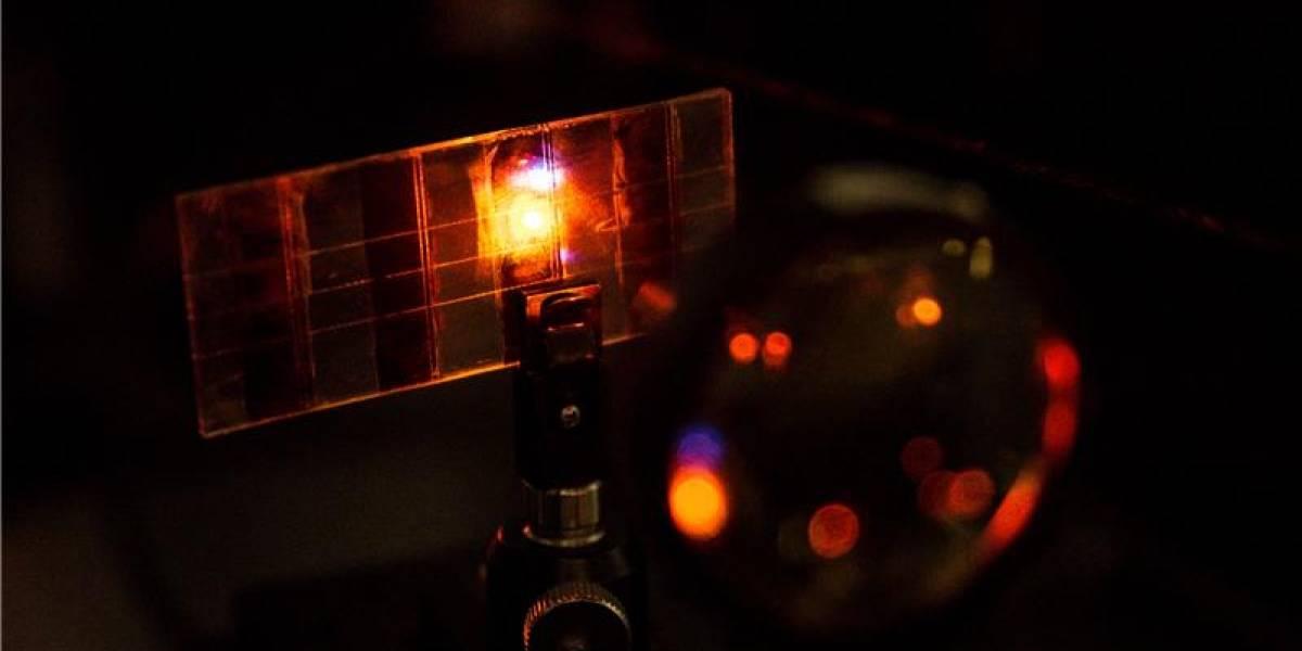 Científicos desarrollan celda solar que además puede emitir luz