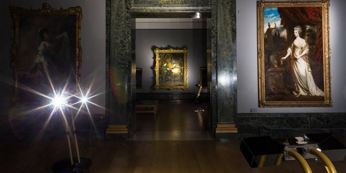 Da un paseo en streaming por una galería de arte en Londres con robots guías