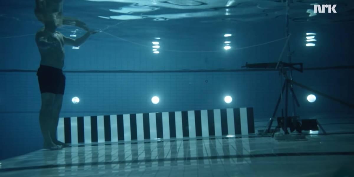 Científico se dispara a sí mismo bajo el agua para demostrar principio
