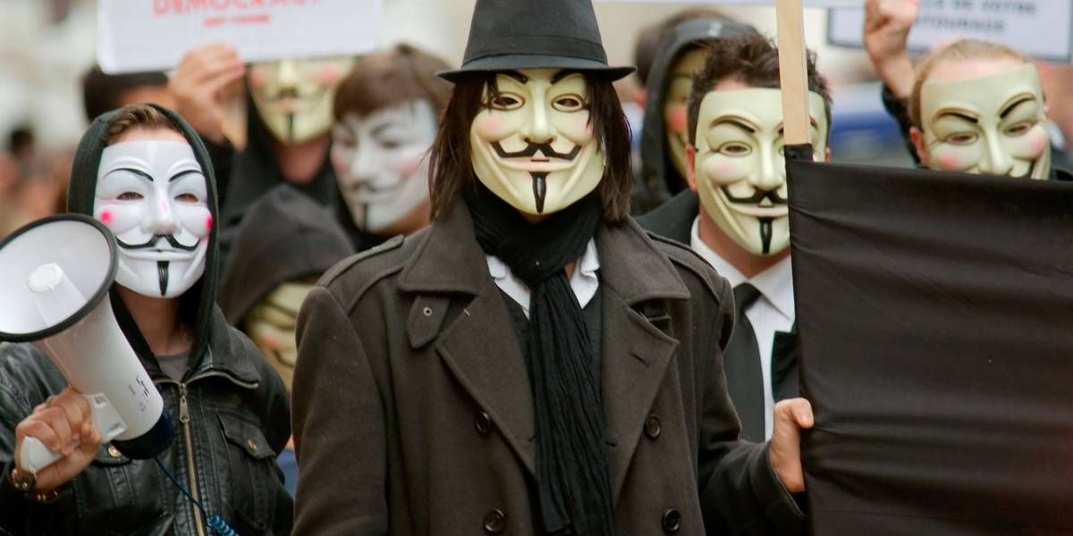 GoDaddy y Anonymous atacan sitio de supremacía blanca