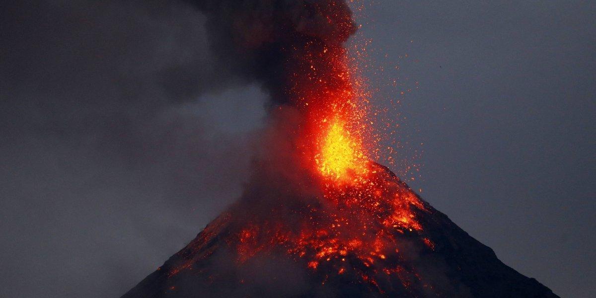 Volcán en Filipinas emite ríos de lava