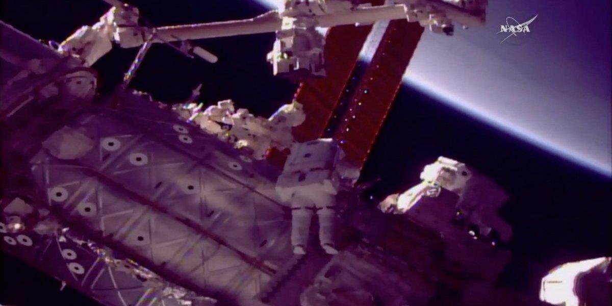 Astronautas dan nueva mano a brazo robot estación espacial