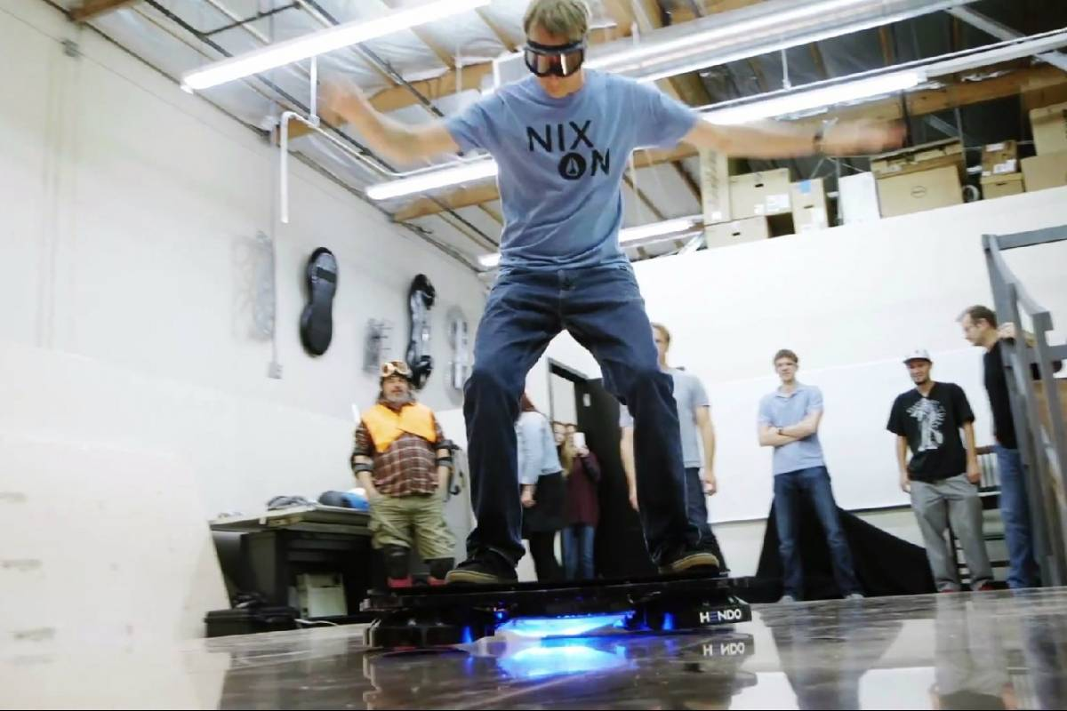 Ve a Tony Hawk subirse a una patineta voladora