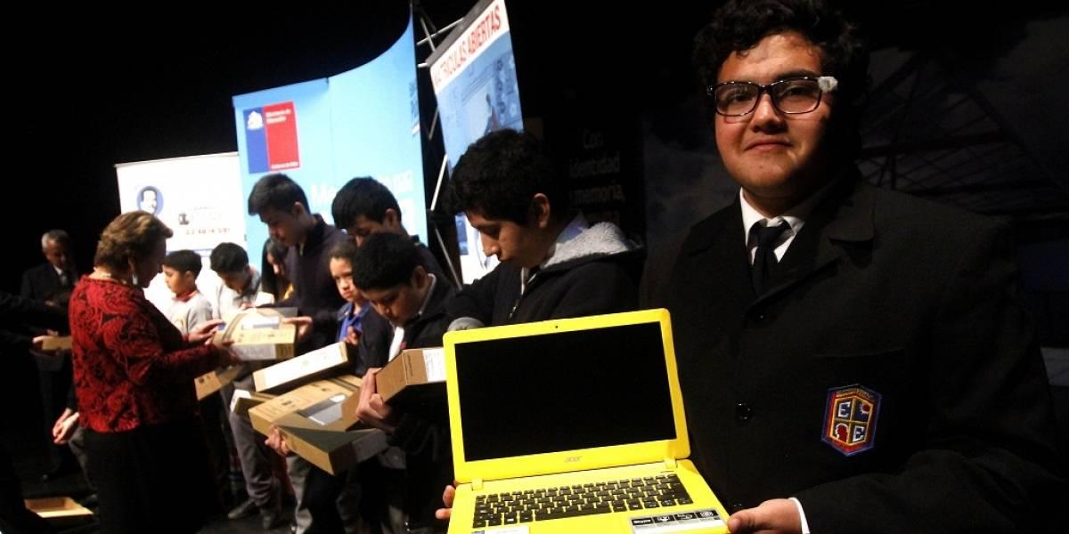 Gobierno de Chile entrega computadores a estudiantes de colegios públicos