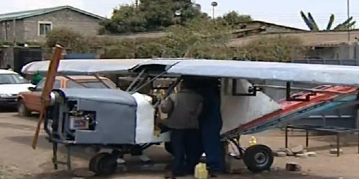 Keniata construye un avión a mano