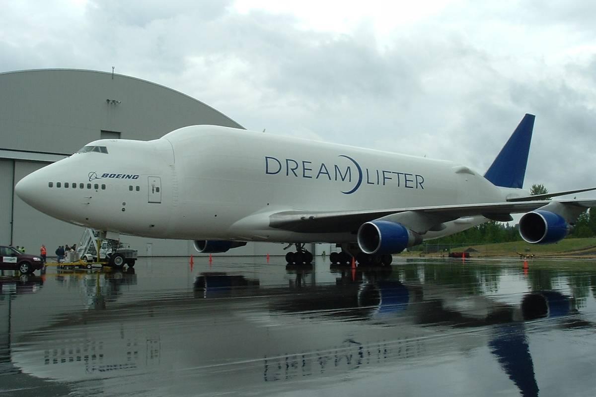 Enorme Boeing 747 aterriza por error en pequeña pista y ahora no puede despegar
