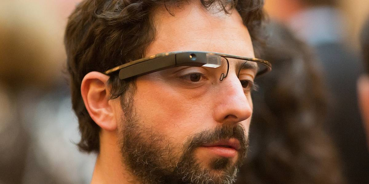 Patente muestra los futuros Google Glass con información frente a ambos ojos