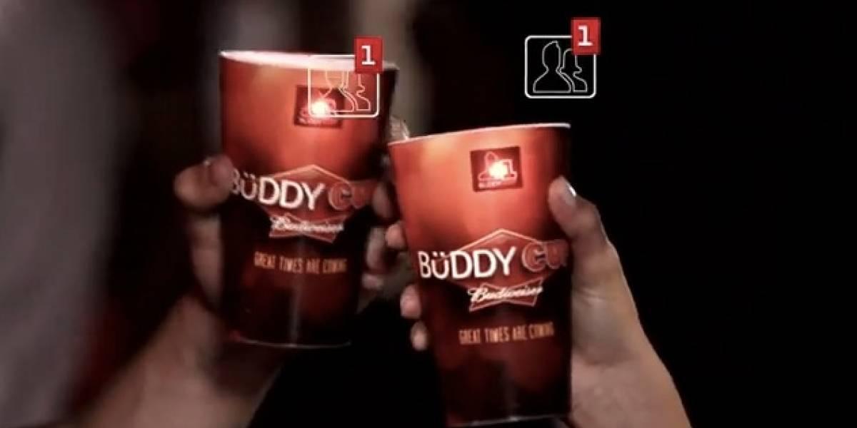 Crean vasos que te hacen amigo por Facebook con quien brindes