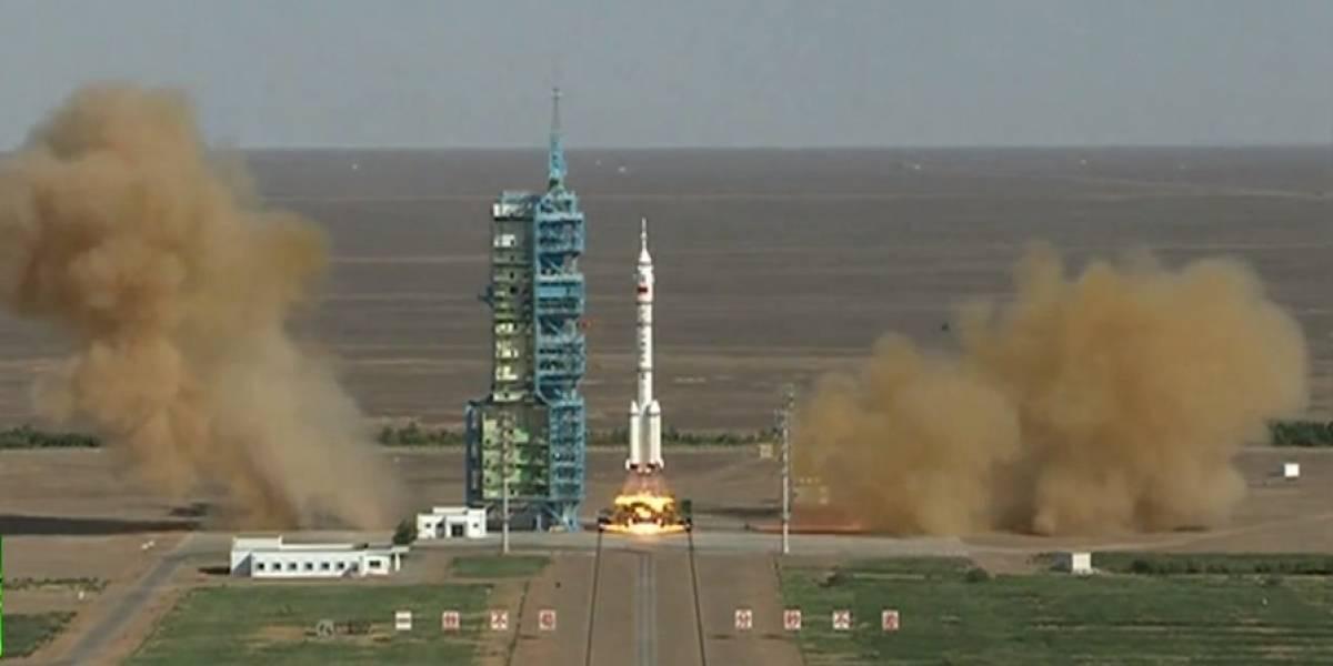 China envía a tres astronautas a su estación espacial Tiangong-1