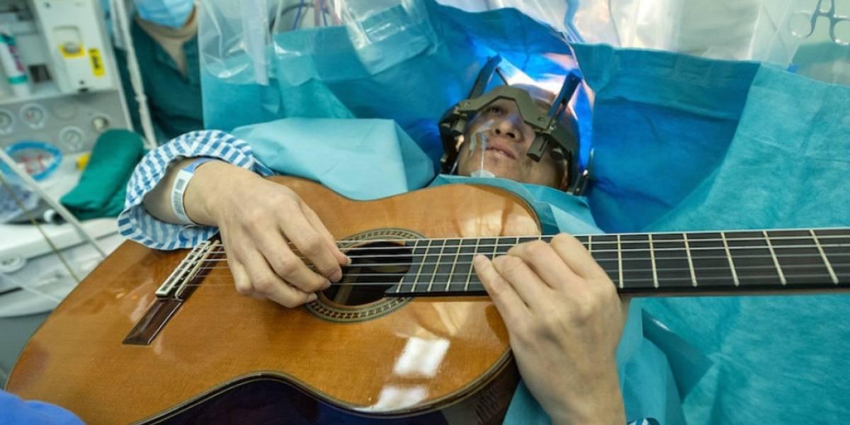 Músico chino toca su guitarra mientras es sometido a una cirugía cerebral