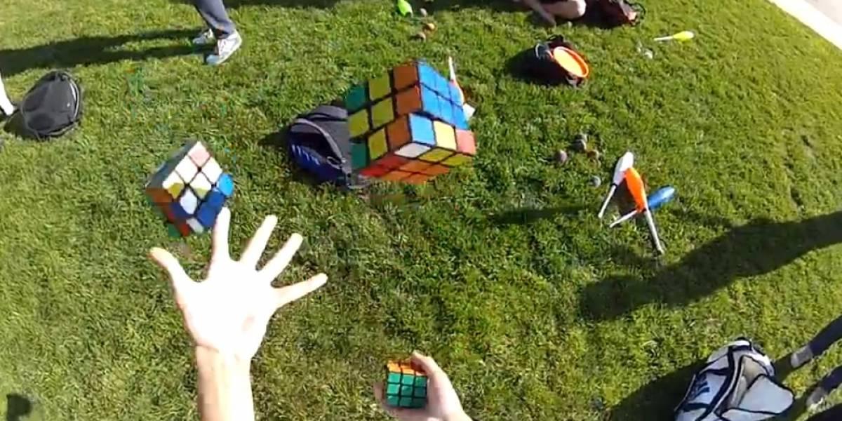 Imperdible: Hombre resuelve tres cubos de rubik mientras hace malabarismo con ellos