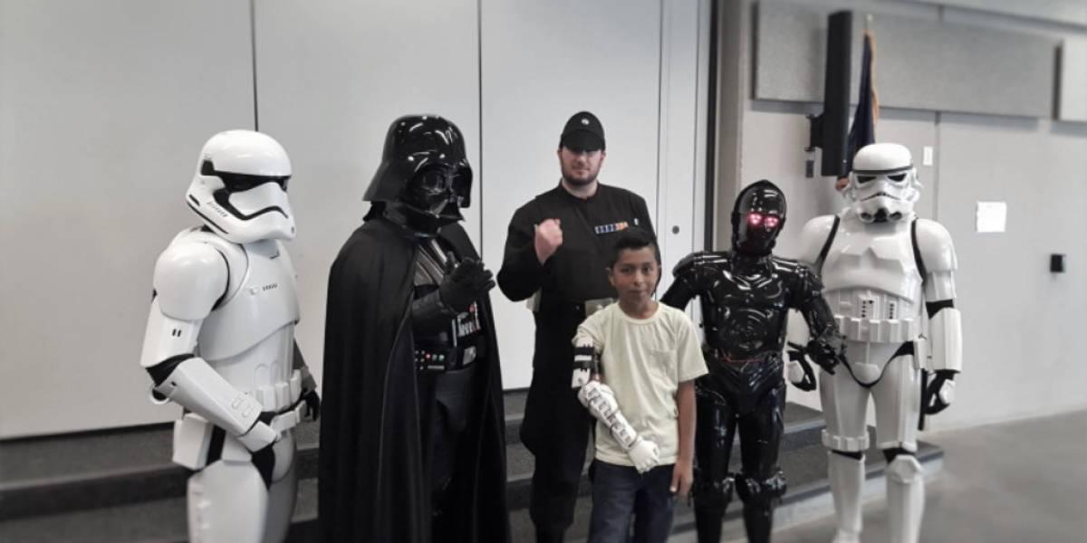 Darth Vader entrega un brazo biónico impreso en 3D a un niño con discapacidad