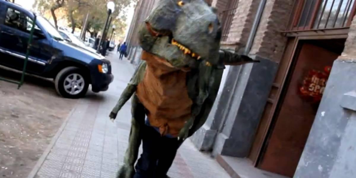 Dinosaurio títere busca dinero para viajar de Chile a Estados Unidos