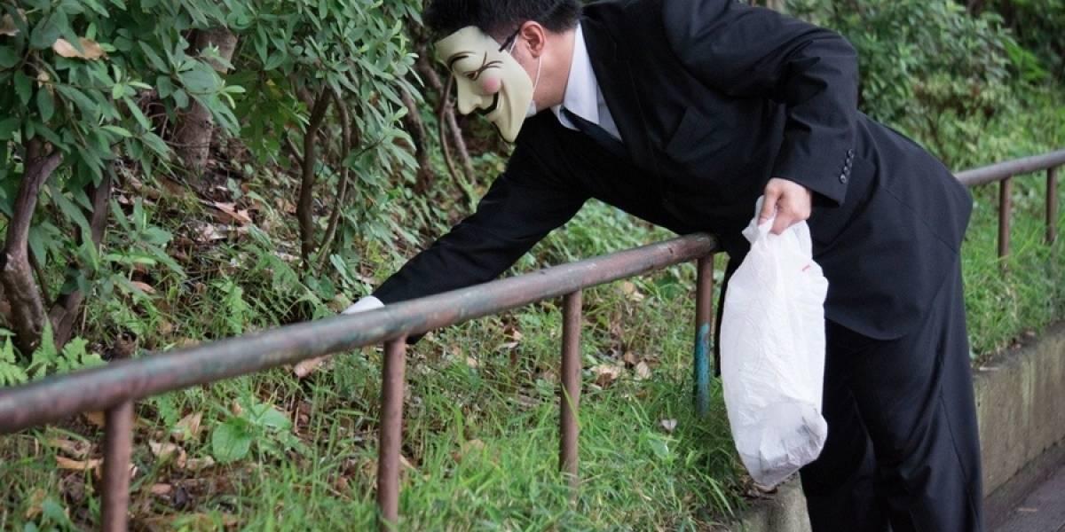 Japón: Anonymous debuta en Tokio recogiendo la basura de la calle