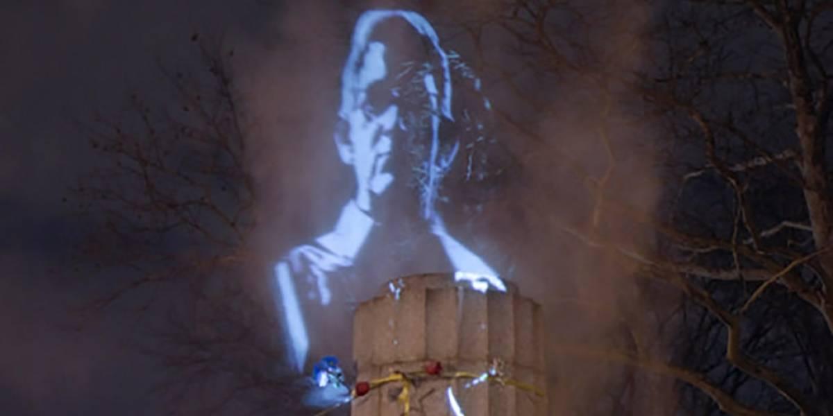 Recrean escultura de Edward Snowden con un holograma