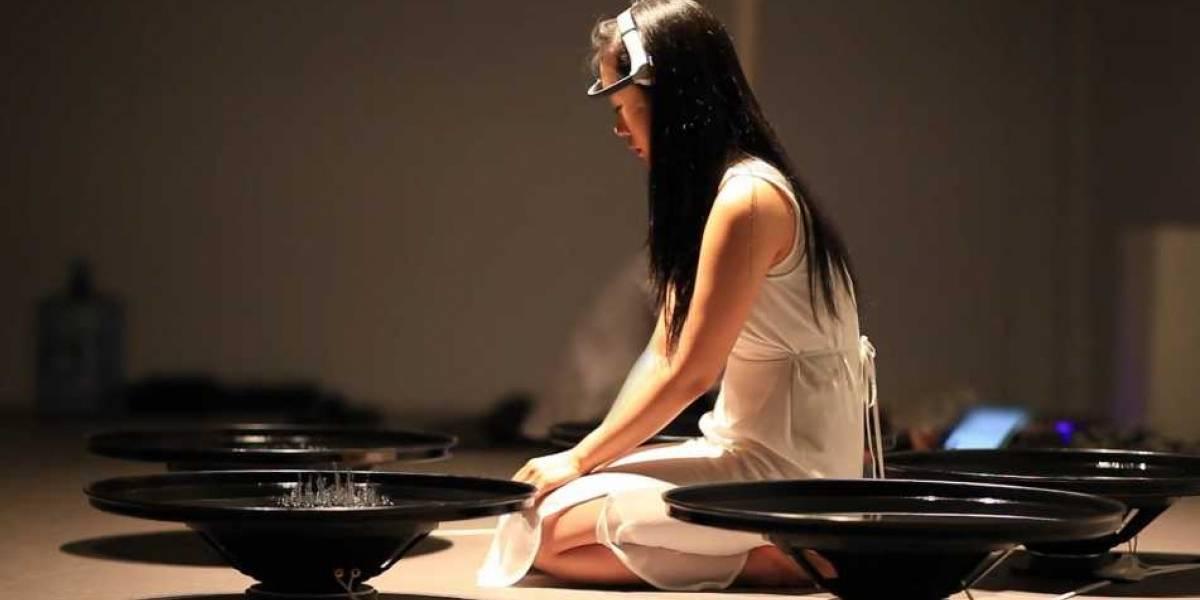 Artista controla agua y sonidos a través de ondas cerebrales