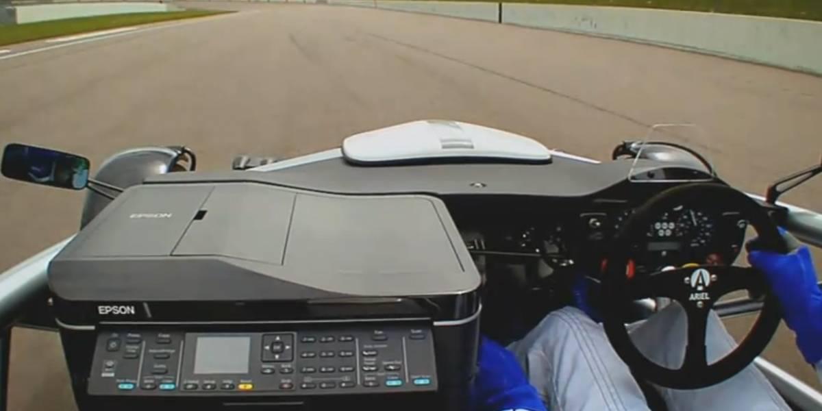 Auto de carreras compite con una impresora en la pista