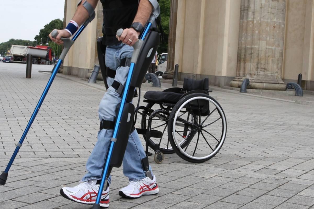 FDA aprueba por primera vez un exoesqueleto para parapléjicos