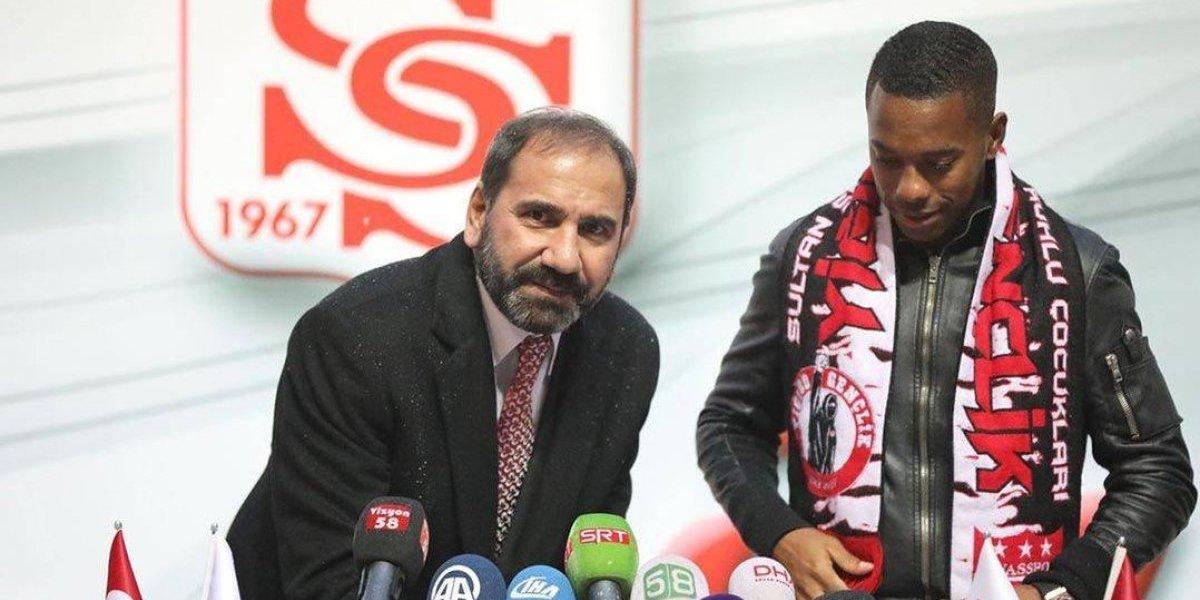 Robinho assina por um ano e meio com Sivasspor e celebra chegada à Turquia