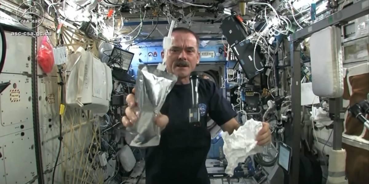 Nada es simple en el espacio, ni siquiera retorcer un trapo mojado