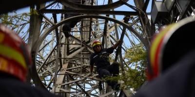 hombre sube a la Torre del Reformador