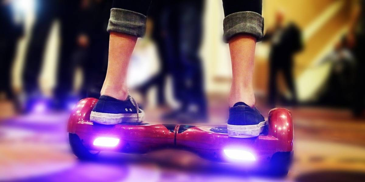 Suspenden a sacerdote por usar una hoverboard en misa